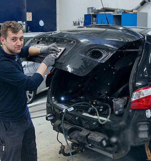 Skaden på din bil repareres af profesionelle pladesmede